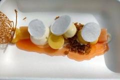 Aardbeien-cremeux-hangop-gemarineerde-aardbeien-limoen-ijs-vinaigrette-van-roze-peper-en-munt-de-silveren-spiegel-restaurant-wandeling-Amsterdam1