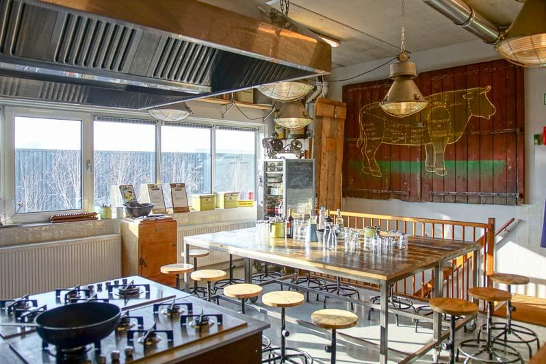Kookstudio keukenvuur boven met tafel