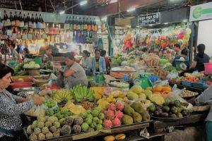 Cambodjaanse salade van groen mango gerookte vis en gedroogde garnalen