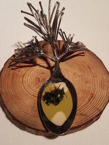 Lepel met boerenkoolpuree, truffeljus en ansjovis El Celler de Can Roca