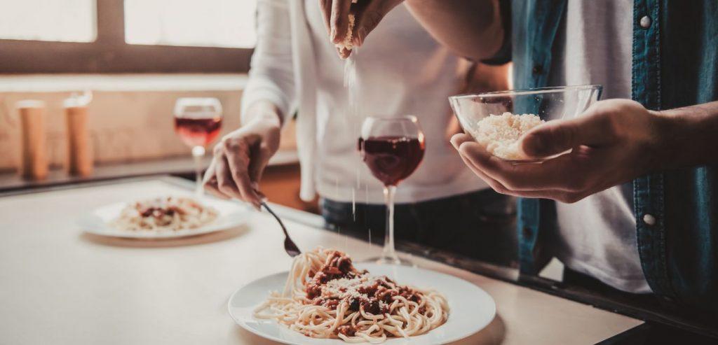 Samen koken bevorderd de samenwerking op de werkvloer en in de privé sfeer